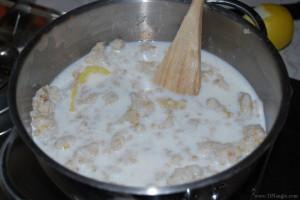 Pastiera Napoletana, bollire grano ricoperto da latte, con sugna e scorza di limone