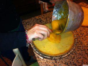 distribuite la crema lemon curd sul pan di spagna