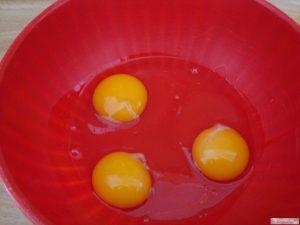 Sbattere le uova in una ciotola