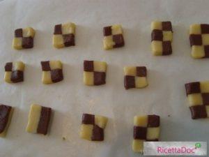 Biscotti bicolore su carta forno