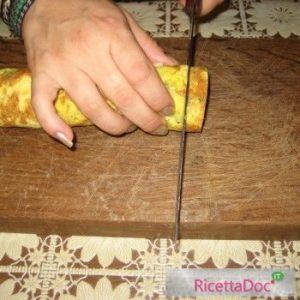 Rotolo di frittata taglio delle fette